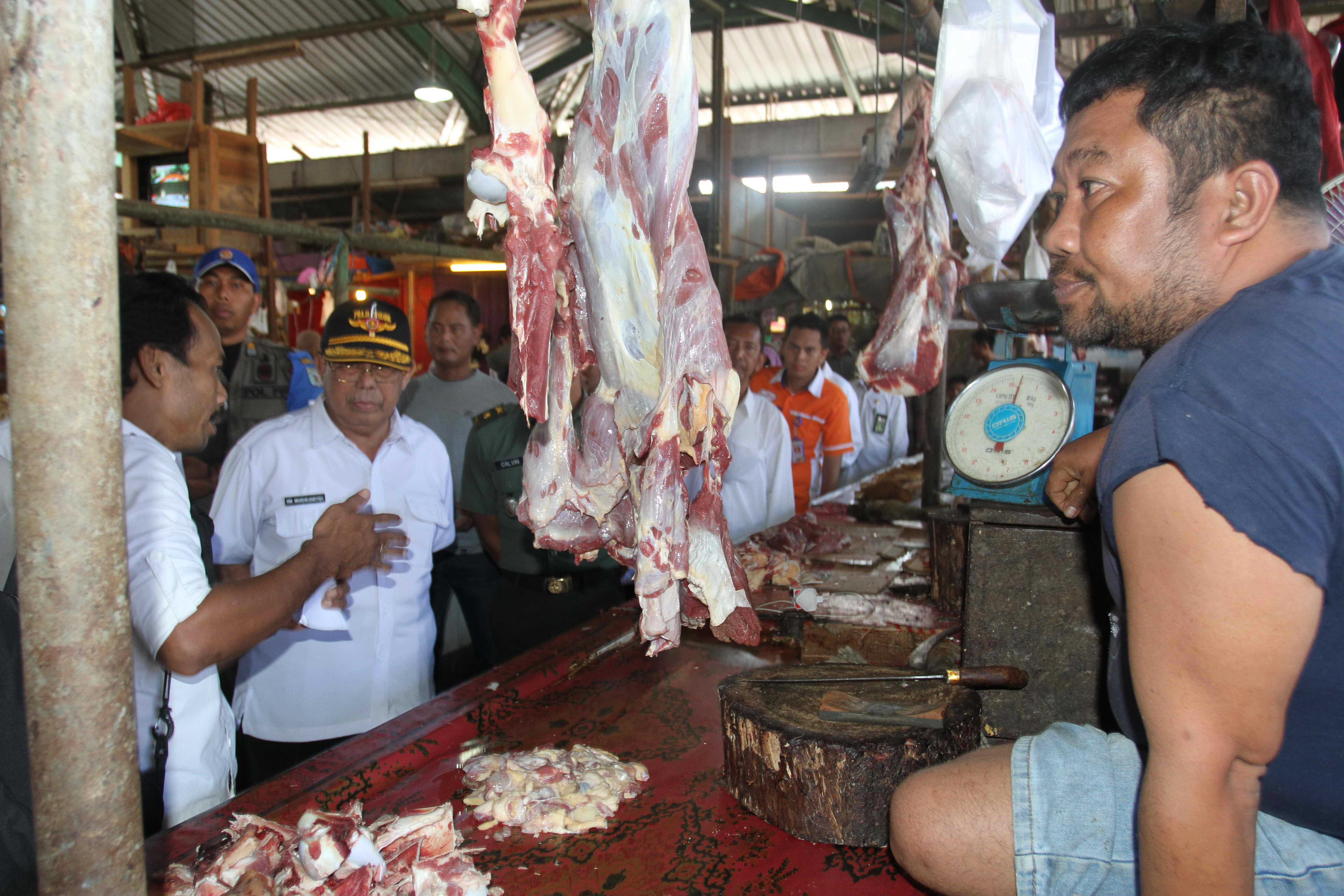 Wabup Sidak Harga Sembako di Pasar Senaken