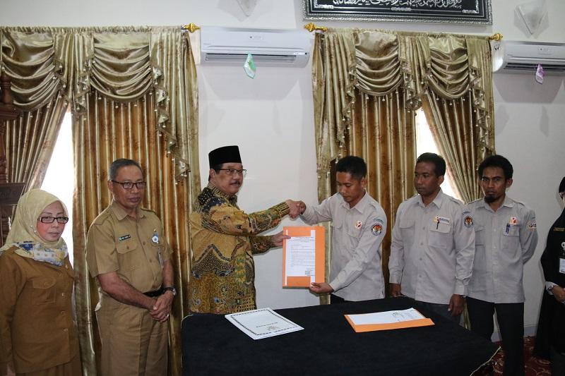 Ketua Panwaslu Serahkan Naskah Pakta Integritas Penggunaan Dana Hibah Pilkada