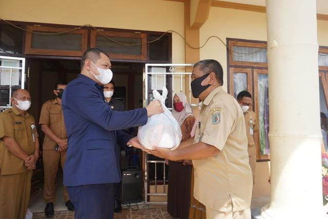 Warga Desa Kersik Bura Terkonfermasi Reaktif Covid-19, Bupati Serahkan Bantuan Sembako