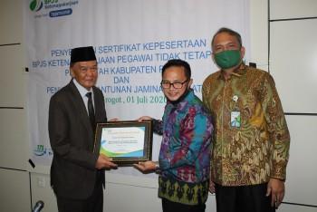 Perhatikan  PTT, Pemkab Terima Penghargaan dari Deputi Direktur BPJS Ketenagakerjaan