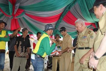 Gubernur Serahkan Bibit Jagung, Pupuk dan Alat Pertanian