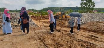 Asisten Ekbang Ina Rosana Tinjau Pembangunan Stadion SPN Kukar