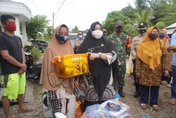 Wabup Kunjungi & Serahkan Bantuan Kebakaran Batu Kajang