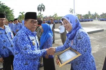 Kadis Perikanan  Ina Rosina Terima Penghargaan dari Provinsi  Dalam Bidang Pelopor Gemar Ikan di Kabupaten Paser