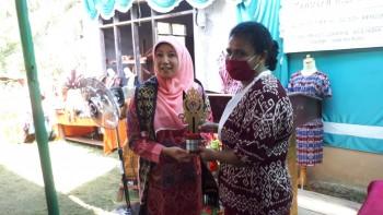 Ketua Dekranasda Provinsi Beli 2 Hasil Tenun di Olung, Pesan Agar Segera Dipatenkan