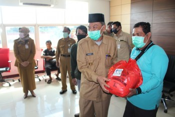 Wabup Serahkan Bantuan Paket Sembako BI melalui TPID