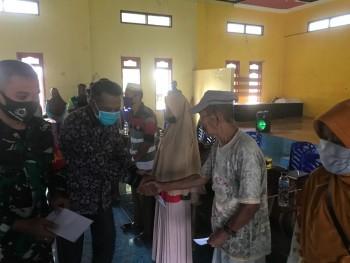 Bermalam, Sekda Serahkan Bantuan BLT -DD 3 Desa di Tanjung Harapan