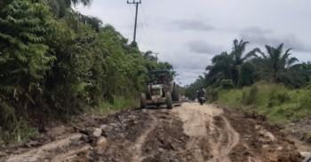 Desa dan Perusahaan Bersatu Perbaiki Jalan