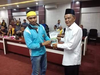 """Jamin Penangguhan Penahan  Tersangka Karhutla, Wabup Terima Beras Kampung  """"Si Buyung"""" Long Kali"""
