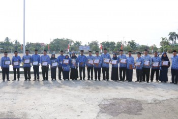 Sekda Berikan Penghargaan SAKIP & 2 Unit Mobil Antar Jemput KB & Mobil ALOKON