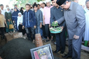 Ratusan Warga Hantarkan Almarhum  HM Mardikansyah