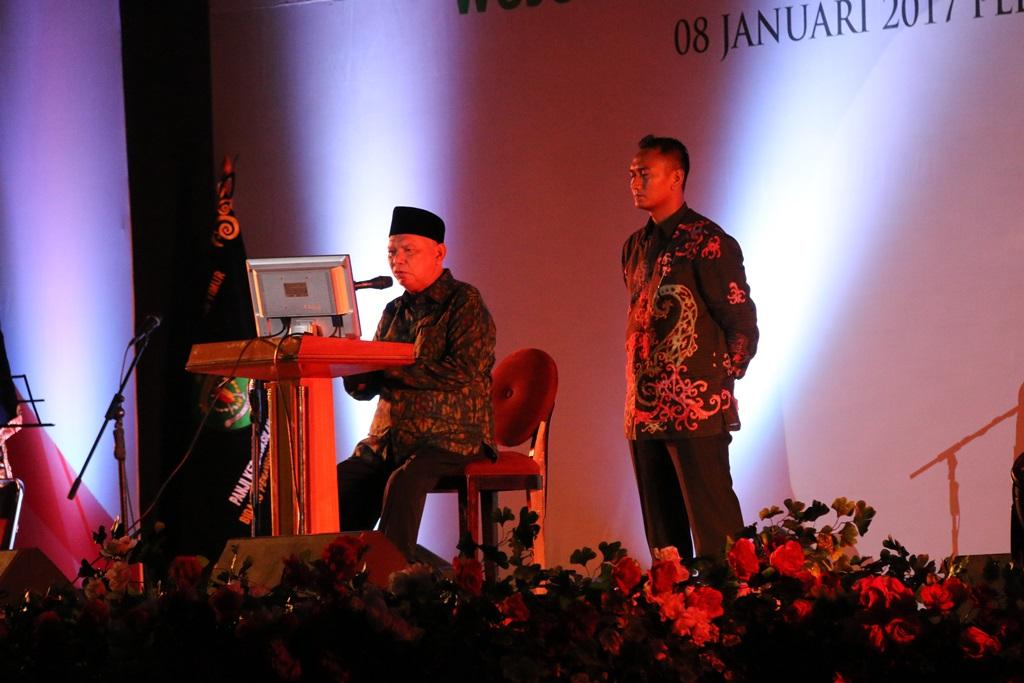 Gubernur Kaltim Awang Faroek Ishak saat memberikan sambutan pada acara Malam Anugerah HUT Kaltim 2017