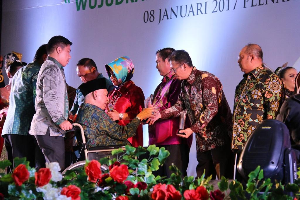 Sekda Paser Aji Sayid Fathur Rahman saat menerima penghargaan dari Gubernur Kaltim