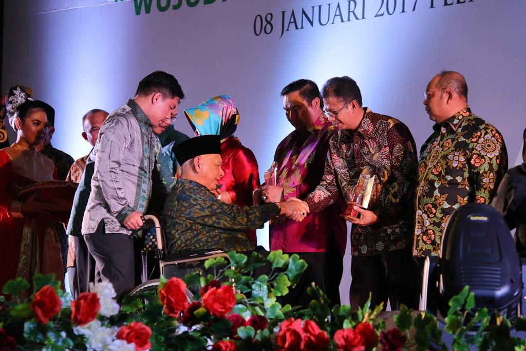 Sekda Paser Aji Sayid Fathur Rahman saat menerima penghargaan dari Gubernur Kaltim Awang Faroek Ishak