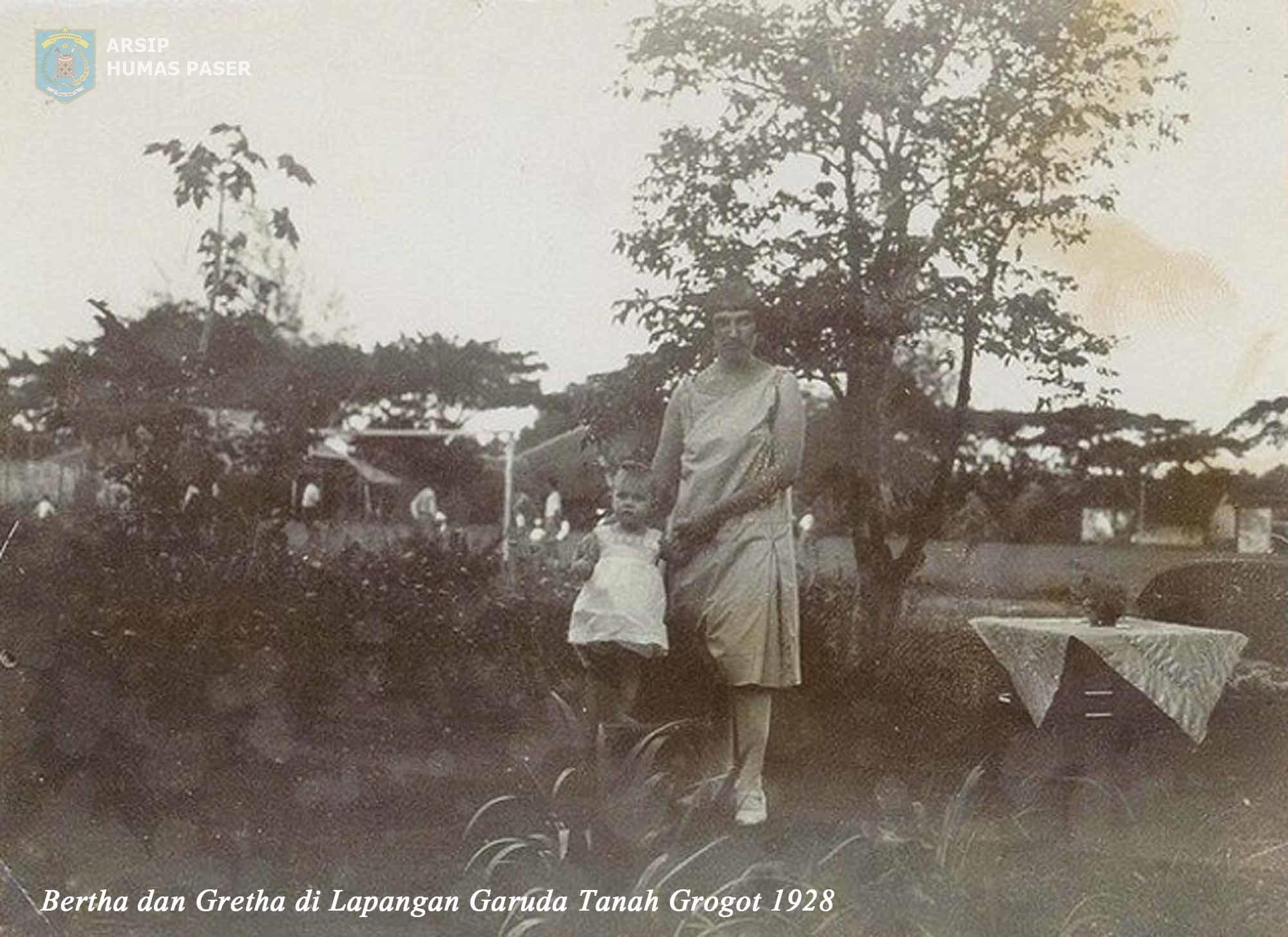 Bertha dan Gretha di Lapangan Garuda