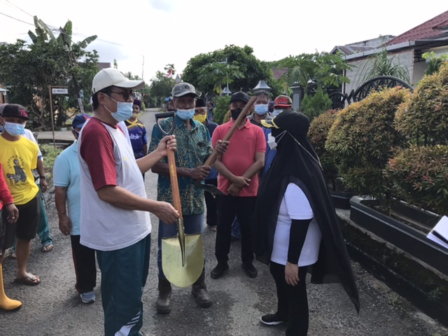 Tinjau Gotong Royong, Masitah Serahkan Cangkul & Sekop