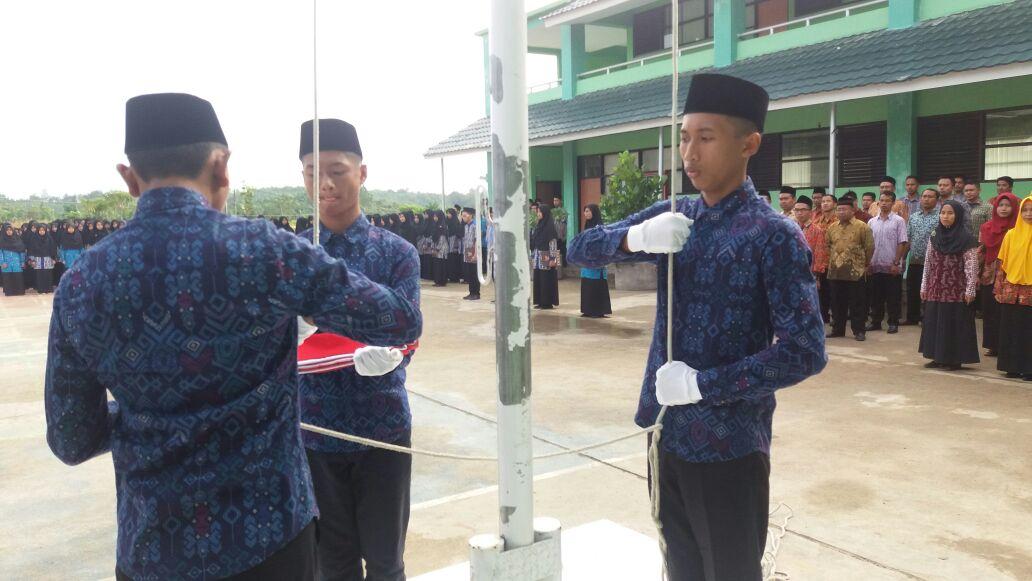 MAN IC Gelar Upacara Kesaktian Pancasila; Bertepatan Hari Batik Nasional Peserta Gunakan Batik