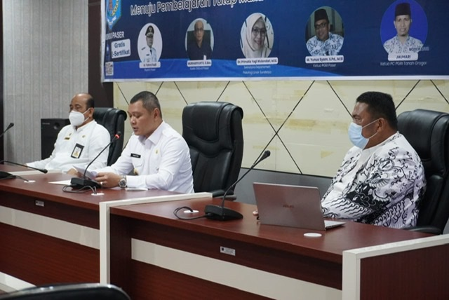 Buka Seminar PGRI, Bupati Ingatkan Pertimbangan PTM  Penyebaran Covid-19 Masih Sangat Rentan Penularannya