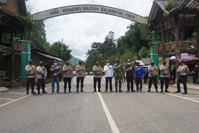Kunjungi Gerbang Perbatasan, Wakapolda Terkesimah Pohon Dua Daun  Arah Kaltim & Satu Selatan