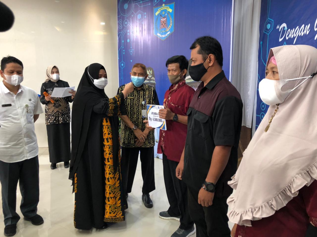 Masitah Serahkan Hadiah Pemenang Pusyantekdes Tahun 2021