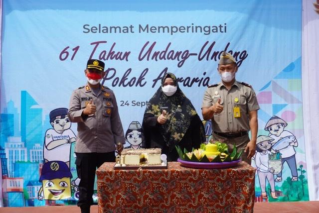 Pimpin Peringatan 61 Tahun UU Agraria, Wabup Masitah Potong Tumpeng
