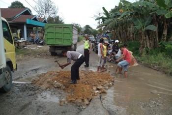 Bupati: Jalan Negara di Lombok Harus Segera Diperbaiki