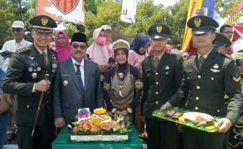 Bupati Paser Potong Tumpeng Rayakan HUT ke 74 TNI