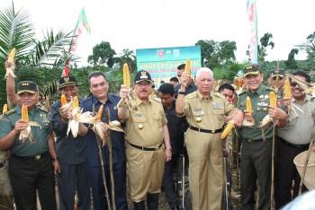 Gubernur Kaltim Panen Jagung di Desa Kerang Dayo