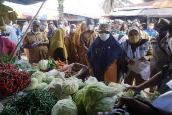 Kenaikan Harga Masih Batas Wajar, Wabup Masita Ingatkan Pedagang & Pengunjung Selalu Gunakan Masker