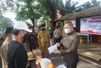 Bupati Serahkan Bantuan  Kepada Warga RT 02 yang Jalani Isolasi Mandiri