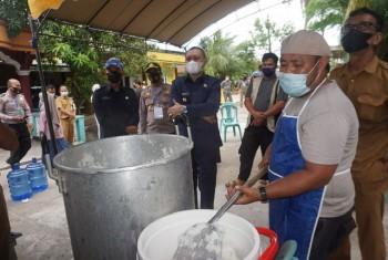 Kunjungi Dapur Umum RT 02 Tepian Batang, Bupati Apresiasi & Minta Seluruh Camat dan Kepala Desa Selalu Siaga