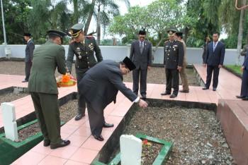 Dandim Pimpin Upacara Tabung Bunga di TMP Daya Taka