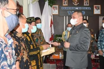 Bupati Fahmi Kembali  Serahkan Kartu BPJS Gratis