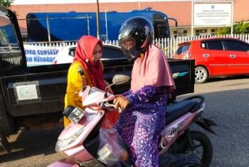 Dharma Wanita Persatuan Kabupaten Paser Peringati Hari Kartini dengan  turun ke jalan berbagi takjil