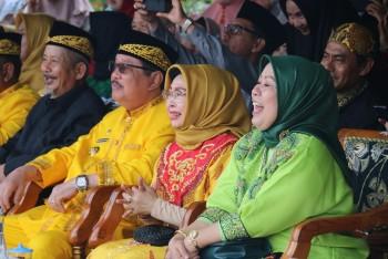 Saksikan Parade Budaya, Bupati Seyum Sumringah