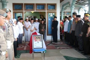 Berbagakai Kalangan Sambut Jenazah HM Mardikansyah,  Dilepas Melalui Upacara Sipil